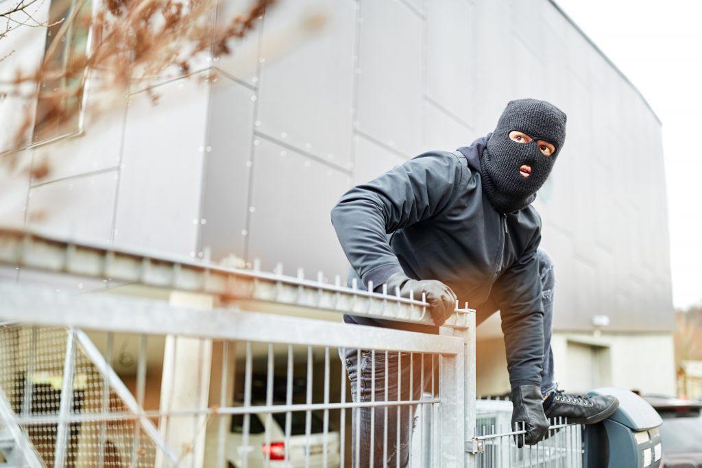 Mit einem privaten Sicherheitsdienst vor Einbrüchen im Unternehmen schützen.